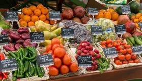 莫斯科,俄罗斯- 2018年3月12日:新鲜蔬菜和果子准备好待售在超级市场Lenta 一最大 免版税库存照片