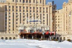 莫斯科,俄罗斯- 2018年3月25日:旅馆乌克兰纳拉迪森皇家旅馆在春天早晨 库存照片