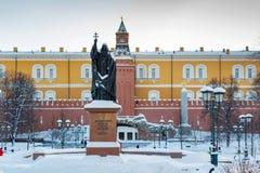 莫斯科,俄罗斯- 2018年2月01日:族长Hermogenes纪念碑在克里姆林宫Alexandrovsky庭院里  莫斯科冬天 免版税库存照片