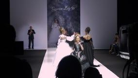 莫斯科,俄罗斯- 2019年3月21日:时尚事件表现阶段的少年女孩唱歌的儿子  美女 股票录像