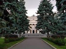 莫斯科,俄罗斯- 2018年5月15日:普希金艺术状态博物馆门面与临时陈列和绿色公园aro海报的  免版税库存照片