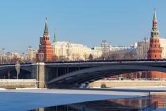 莫斯科,俄罗斯- 2018年2月01日:有克里姆林宫塔的Bol ` shoy Kamennyy桥梁蓝天背景的 免版税库存照片
