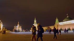 莫斯科,俄罗斯- 2019年3月21日:有夜照明的红场 夜光的克里姆林宫 走的人们  股票视频