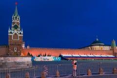 莫斯科,俄罗斯- 2018年4月30日:有她的母亲的孩子拍与一个电话的照片从克里姆林宫的Spasskaya塔 免版税库存照片