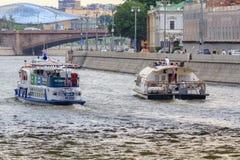 莫斯科,俄罗斯- 2018年6月19日:有漂浮在Moskva河的堤防背景的游人的游船多云su的 图库摄影