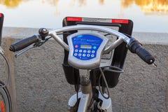 莫斯科,俄罗斯- 2018年5月03日:有电子控制盘区特写镜头的出租自行车把手 库存照片