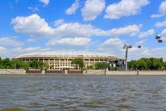 莫斯科,俄罗斯- 2018年5月30日:有索道的Luzhniki体育场在Moskva河背景在晴天 免版税图库摄影