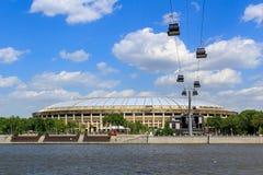 莫斯科,俄罗斯- 2018年5月30日:有缆车的Luzhniki体育场横跨Moskva河 从Vorob ` yevskaya堤防的看法 免版税库存照片