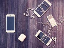 莫斯科,俄罗斯- 2017年12月26日:有老肮脏的耳机和iPhones的5, 6, 6s音乐播放器iPod Nano 库存照片