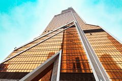 莫斯科,俄罗斯- 2016年11月5日:有街市橙色的玻璃的摩天大楼 现代大厦外部设计 城市日克里姆林宫室外的莫斯科 库存图片