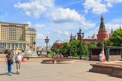 莫斯科,俄罗斯- 2018年6月03日:有走的游人的Manezhnaya广场蓝天背景的在晴朗的夏天早晨 免版税图库摄影