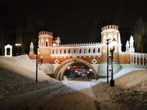 莫斯科,俄罗斯- 2018年12月17日:有轻的装饰的图桥梁在Tsaritsyno公园在莫斯科在冬天晚上 免版税库存照片