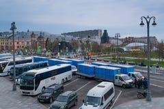 莫斯科,俄罗斯- 2018年4月30日:有biotoilets的卡车在5月1日庆祝前的红场附近 顶视图 免版税库存照片