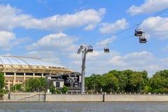 莫斯科,俄罗斯- 2018年5月30日:横跨Moskva河和Luzhniki体育场的索道在晴天 库存照片