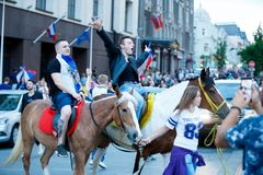 莫斯科,俄罗斯- 2018年7月01日:橄榄球世界杯2018年,庆祝胜利的俄国足球迷 免版税库存照片