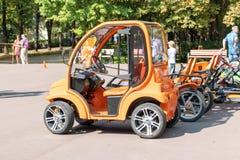 莫斯科,俄罗斯- 2018年9月02日:橙色电车和四轮汽车在租的公园 库存图片