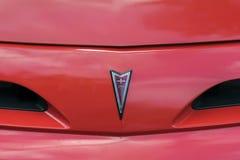 莫斯科,俄罗斯- 2017年8月26日:比德商标特写镜头,在红色葡萄酒汽车的象征 敞篷装饰品 汽车减速火箭的显示 库存照片