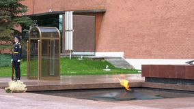 莫斯科,俄罗斯- 2019年7月20日:永恒火焰烧,胜利纪念碑在克里姆林宫墙壁 股票视频