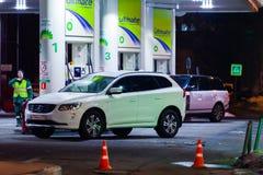 莫斯科,俄罗斯- 2018年3月20日:汽车被加油在BP连接在高速公路的加油站在繁忙的莫斯科 库存照片