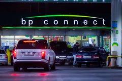 莫斯科,俄罗斯- 2018年3月20日:汽车驾驶了到BP连接在高速公路的加油站在繁忙的莫斯科 免版税图库摄影