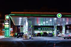莫斯科,俄罗斯- 2018年3月20日:汽车驾驶了到BP连接在高速公路的加油站在繁忙的莫斯科 免版税库存图片