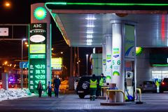 莫斯科,俄罗斯- 2018年3月20日:汽车驾驶了到BP连接在高速公路的加油站在繁忙的莫斯科 库存图片