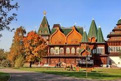 莫斯科,俄罗斯- 2018年10月09日:沙皇秋天的明亮的颜色的阿列克谢米哈伊洛维奇宫殿  免版税库存图片
