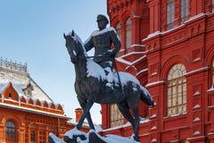 莫斯科,俄罗斯- 2018年2月01日:法警在Manezhnaya广场的茹科夫纪念碑 莫斯科冬天 免版税库存照片