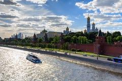 莫斯科,俄罗斯- 2018年5月27日:浮动游船背景的克里姆林宫在一个晴朗的晚上 图库摄影