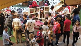 莫斯科,俄罗斯- 2018年8月5日:游人买正式足球运动员制服作为在卖点的纪念品  股票录像