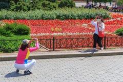 莫斯科,俄罗斯- 2018年6月03日:游人在Alexandrovsky庭院里拍照片在莫斯科在一个晴朗的夏天早晨 库存图片