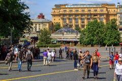 莫斯科,俄罗斯- 2018年6月03日:游人在Kremlevskiy Proyezd街道上走在克里姆林宫附近在晴朗的夏天早晨 图库摄影