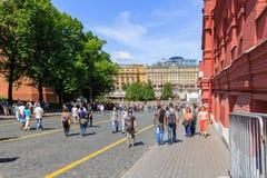 莫斯科,俄罗斯- 2018年6月03日:游人在Kremlevskiy Proyezd街道上走在晴朗的夏天早晨 免版税库存照片
