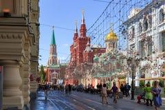 莫斯科,俄罗斯- 2018年6月03日:游人在Nikolskaya街道上走在红场附近在晴朗的夏天早晨 库存图片