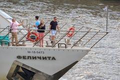 莫斯科,俄罗斯- 2018年6月19日:游船的游人拍在Moskva河堤防背景的一张照片  库存图片
