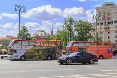 莫斯科,俄罗斯- 2018年6月03日:游览车在莫斯科临近革命正方形在一个晴朗的夏天早晨 库存照片