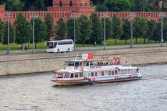 莫斯科,俄罗斯- 2018年6月19日:漂浮在克里姆林宫墙壁背景的Moskva河的游船一多云summe的 库存图片