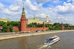莫斯科,俄罗斯- 2018年6月03日:漂浮在克里姆林宫背景的Moskva河的游船在晴朗的夏日 免版税图库摄影