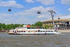 莫斯科,俄罗斯- 2018年5月30日:漂浮在奥林匹克compl的大竞技场背景的Moskva河的游船  库存图片