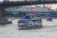 莫斯科,俄罗斯- 2018年6月19日:漂浮在状态在一个多云总和的特列季尤欣画廊背景的Moskva河的游船  库存图片