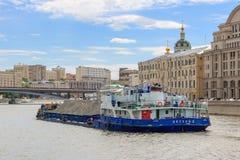莫斯科,俄罗斯- 2018年6月21日:漂浮在莫斯科的中心的被装载的驳船Moskva河的 免版税库存图片