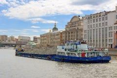 莫斯科,俄罗斯- 2018年6月21日:漂浮在蓝天背景的Moskva河的被装载的驳船 库存照片