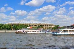 莫斯科,俄罗斯- 2018年5月30日:漂浮在Luzhniki体育场的背景的Moskva河游船 库存图片