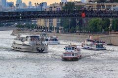 莫斯科,俄罗斯- 2018年6月19日:漂浮在Moskva河的游船反对Prechistenskaya堤防在甚而一个多云夏天 免版税库存照片