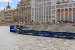 莫斯科,俄罗斯- 2018年6月21日:漂浮在Moskva河的被装载的驳船在一个晴朗的夏日 免版税图库摄影