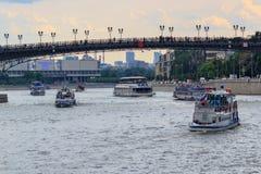 莫斯科,俄罗斯- 2018年6月19日:漂浮在Patriarshiy桥梁背景的Moskva河的游船在一个多云夏天e 库存图片