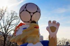 莫斯科,俄罗斯- 2018年2月14日:狼Zabivaka冠军世界杯足球赛Manezhnaya squ的俄罗斯正式吉祥人2018年 库存照片