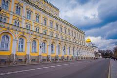 莫斯科,俄罗斯- 2017年10月8日:盛大克里姆林宫宫殿和克里姆林宫墙壁在位于城市的晴朗的秋天天  免版税库存照片