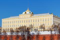 莫斯科,俄罗斯- 2018年2月01日:盛大克里姆林宫宫殿在蓝天背景的冬天 免版税库存照片