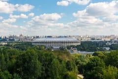 莫斯科,俄罗斯- 2017年8月12日:盛大竞技场Luzhniki在一个晴天 与Vorobyovy小山的全视图 免版税库存图片